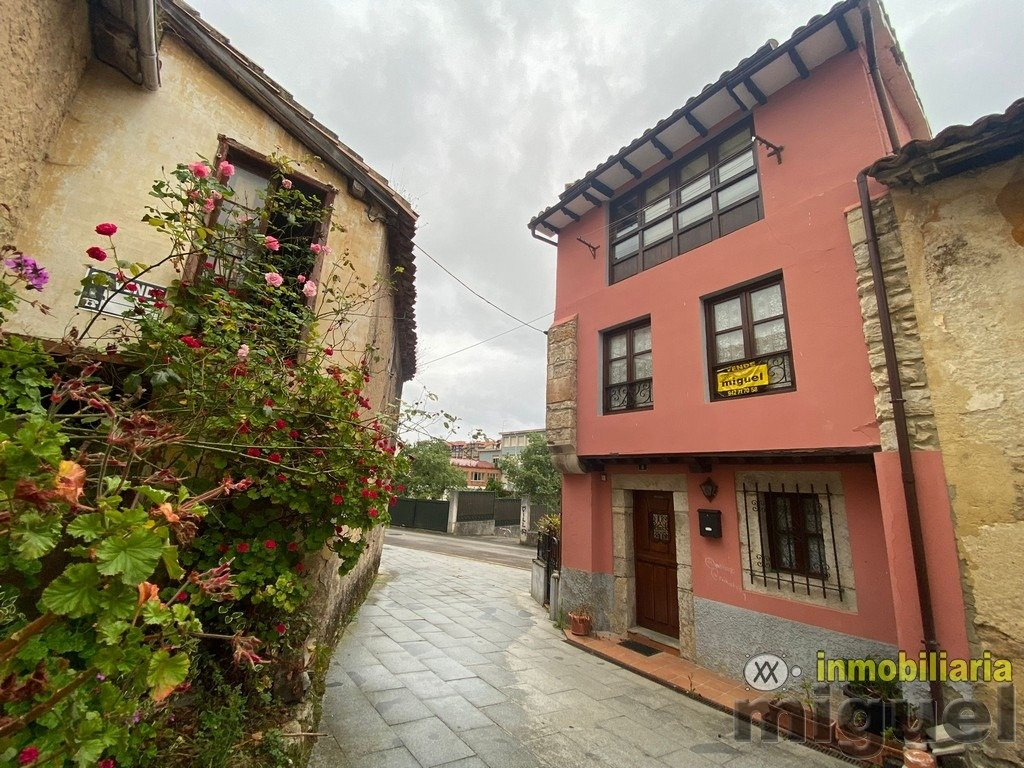 (V2140) Se vende casa de piedra con patio/terraza en el centro de Colombres