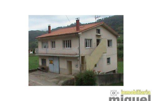 Se vende casa de pueblo con almacén y aparcamiento en Robriguero