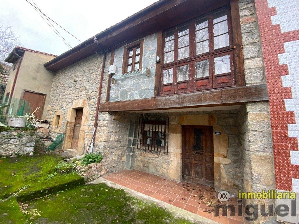 (V2102) Se vende casa de pueblo con cuadra aneja en Suarias, Peñamellera Baja