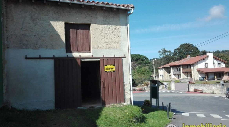 Se vende cuadra de piedra en el centro de Prio