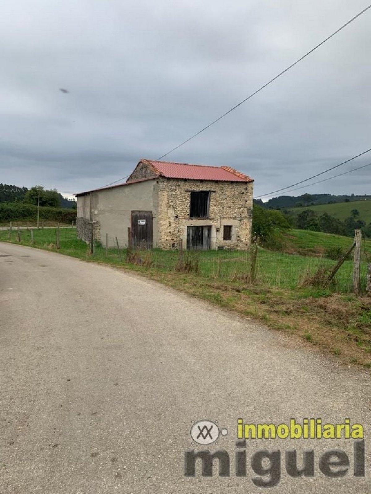 (V2026) V2026 Se vende conjunto de cuadra, pajar y parcela urbana en Bojes, Ribadedeva